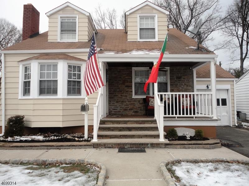Maison unifamiliale pour l Vente à 493 E Woodbridge Avenue Avenel, New Jersey 07001 États-Unis