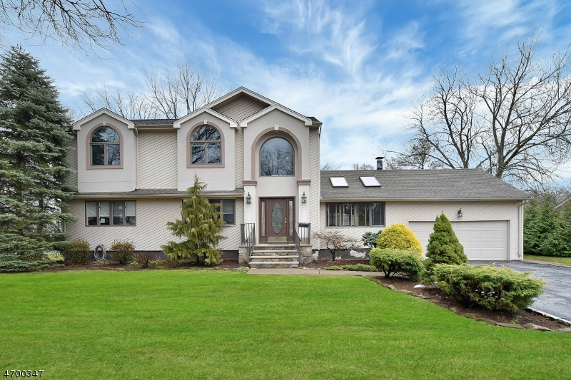 Single Family Home for Sale at 784 Hilton Place Paramus, New Jersey 07652 United States