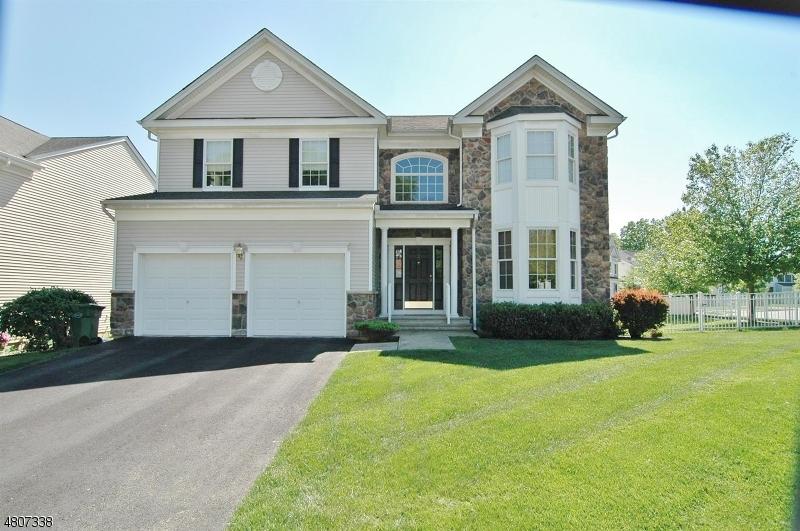 Casa para uma família para Venda às 2 CARRIAGE Road Hackettstown, Nova Jersey 07840 Estados Unidos
