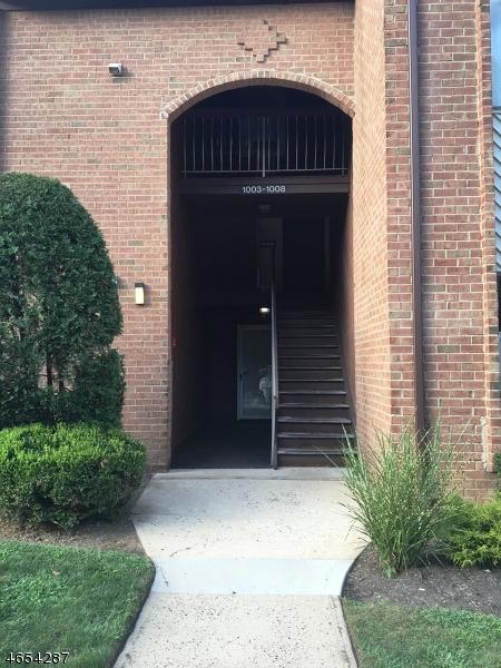 Частный односемейный дом для того Продажа на 1006 EDISON GLEN TER Edison, Нью-Джерси 08837 Соединенные Штаты