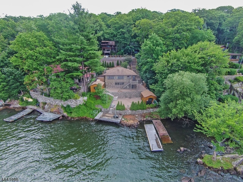 Maison unifamiliale pour l Vente à 71 Woods Greenwood Lake, New York 10925 États-Unis
