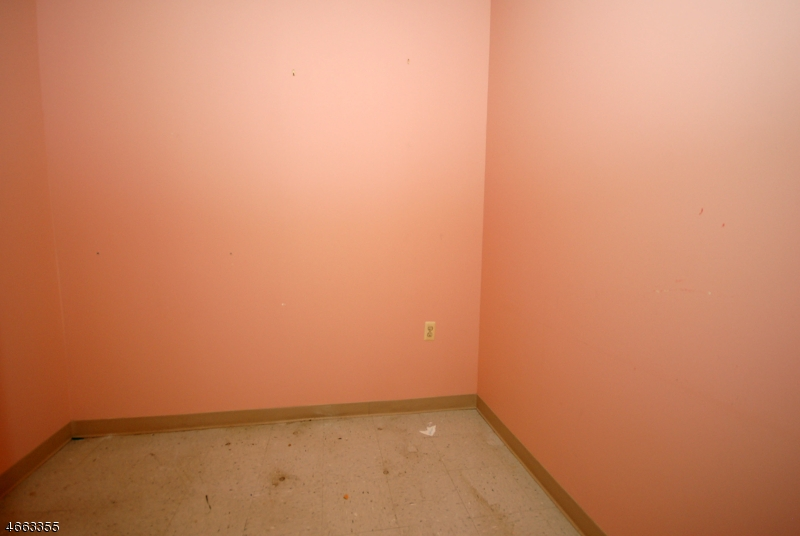 Additional photo for property listing at 242 Washington Avenue  Nutley, Нью-Джерси 07110 Соединенные Штаты