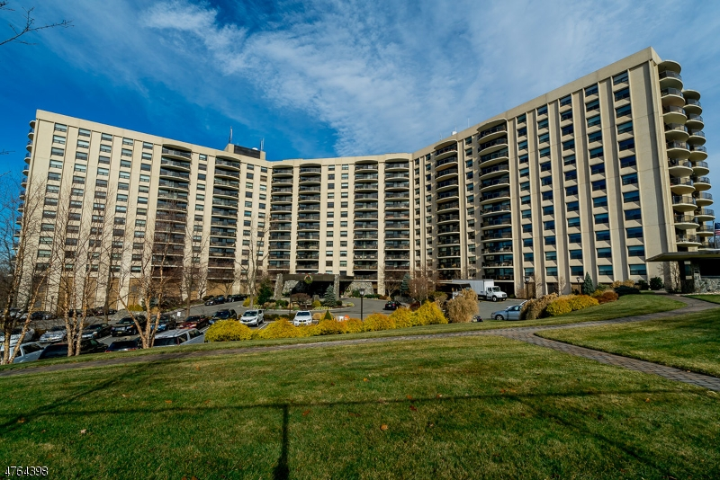 Частный односемейный дом для того Продажа на 2 Claridge Dr, 3BW Verona, Нью-Джерси 07044 Соединенные Штаты