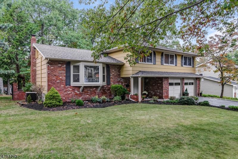 Maison unifamiliale pour l Vente à 68 Monroe Avenue Roseland, New Jersey 07068 États-Unis