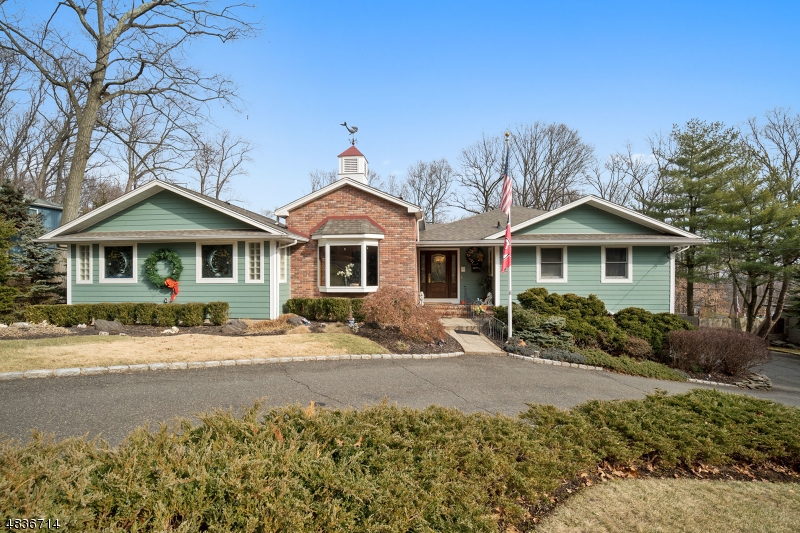 Tek Ailelik Ev için Satış at 400 SUMMIT Road Mountainside, New Jersey 07092 Amerika Birleşik Devletleri