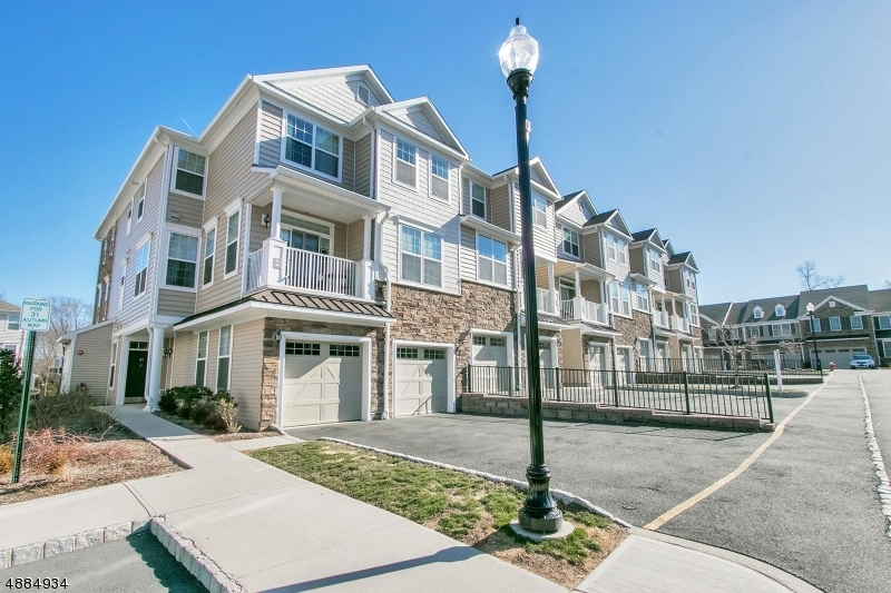Condominio / Townhouse per Vendita alle ore 41 AUTUMN WAY Montvale, New Jersey 07645 Stati Uniti