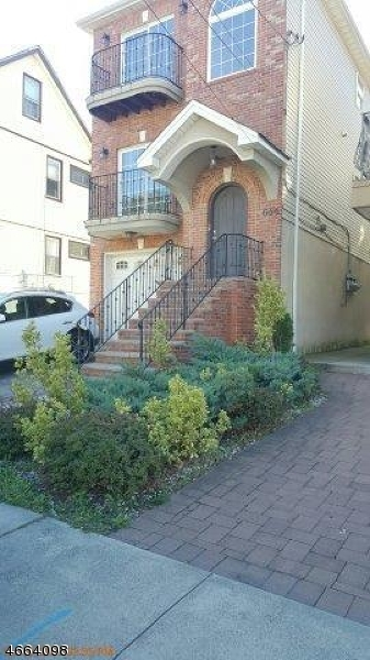 Многосемейный дом для того Продажа на Address Not Available Elizabeth, Нью-Джерси 07206 Соединенные Штаты