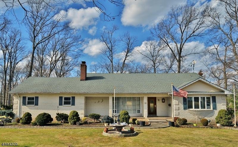 Maison unifamiliale pour l Vente à 21 Acorn Drive Clark, New Jersey 07066 États-Unis