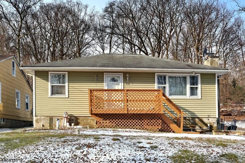 Nhà ở một gia đình vì Bán tại 44 W SHORE Road West Milford, New Jersey 07480 Hoa Kỳ