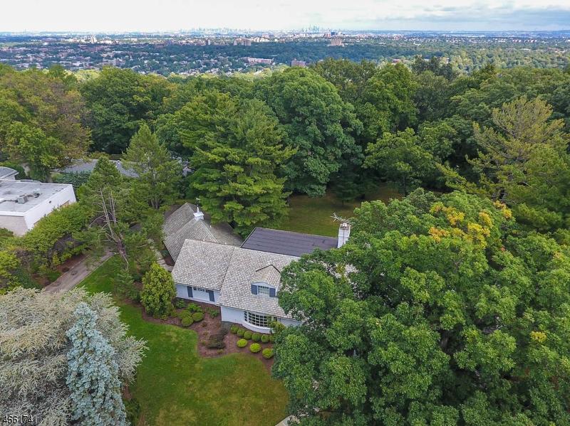 Maison unifamiliale pour l Vente à 224 Crestwood Drive South Orange, New Jersey 07079 États-Unis