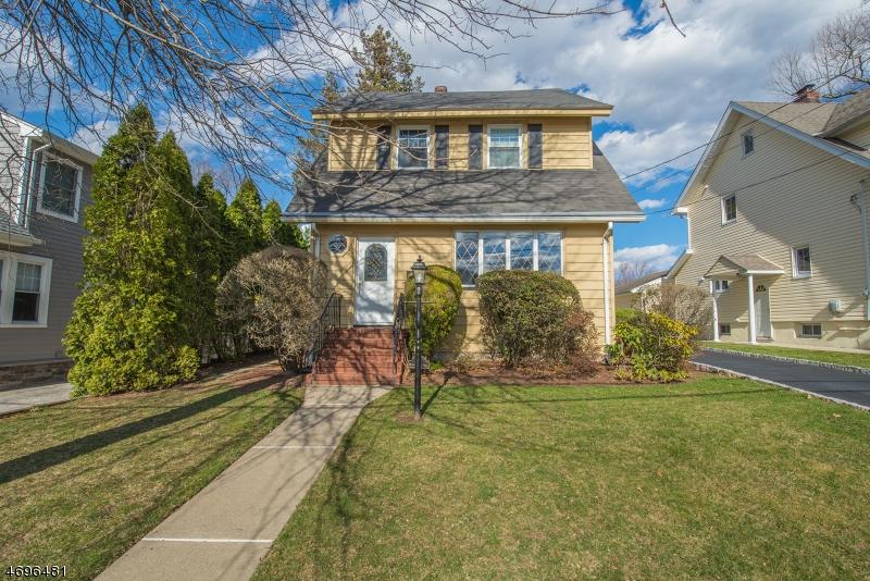 Частный односемейный дом для того Продажа на 261 Harrison Avenue Hasbrouck Heights, Нью-Джерси 07604 Соединенные Штаты