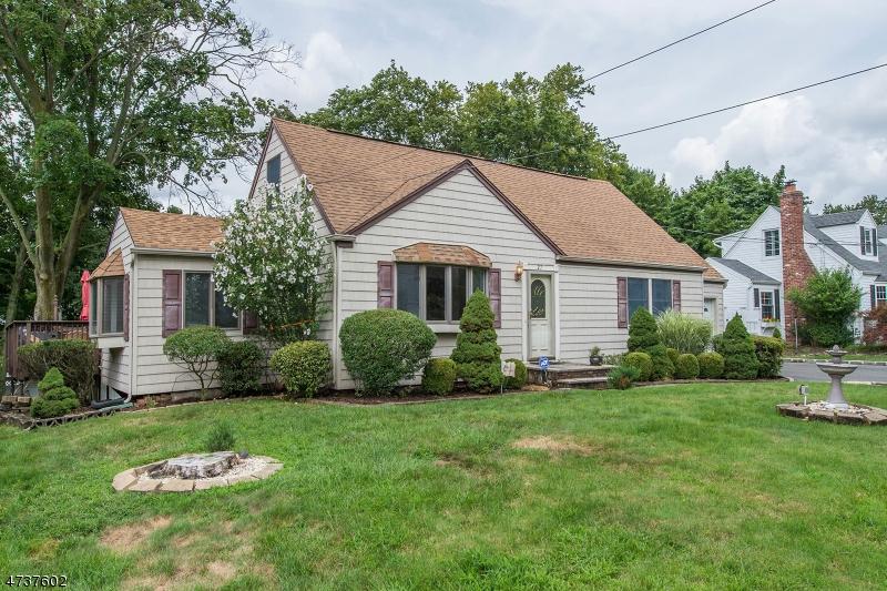 Nhà ở một gia đình vì Bán tại 27 Highfield Lane Cedar Grove, New Jersey 07009 Hoa Kỳ