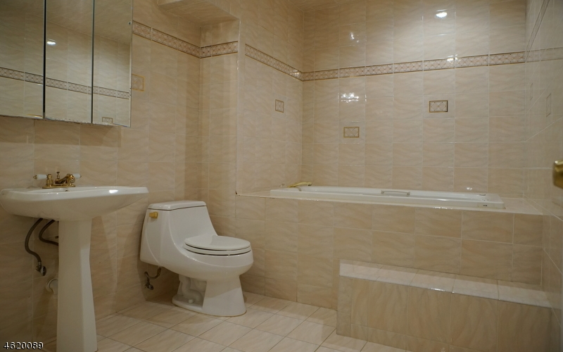 Additional photo for property listing at 136 Walnut Street  利文斯顿, 新泽西州 07039 美国