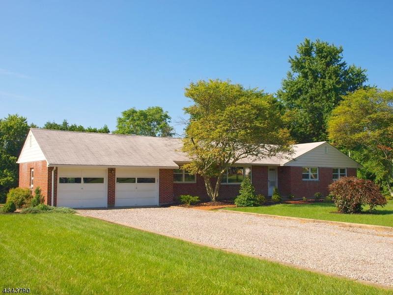 Maison unifamiliale pour l Vente à 2 Spruce Road Clinton, New Jersey 08809 États-Unis