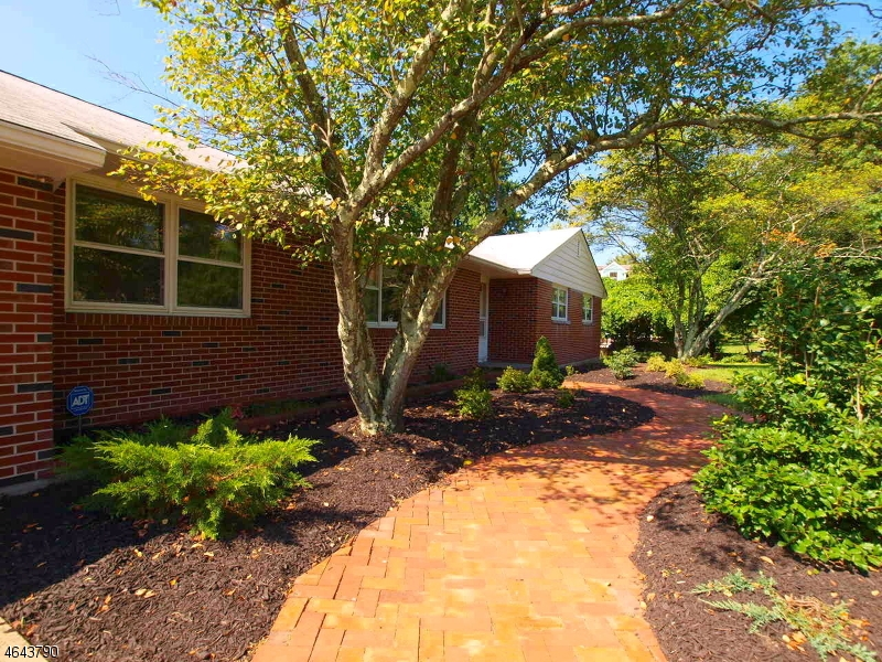 Additional photo for property listing at 2 Spruce Road  Clinton, New Jersey 08809 États-Unis
