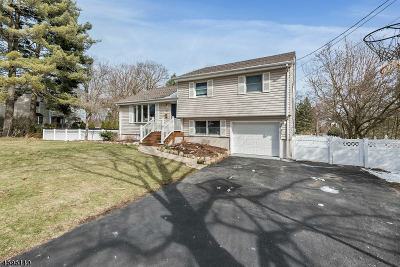 Частный односемейный дом для того Продажа на 140 Lindbergh Pkwy Waldwick, Нью-Джерси 07463 Соединенные Штаты