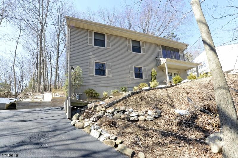 Maison unifamiliale pour l Vente à 95 Hemlock Road Pompton Lakes, New Jersey 07442 États-Unis