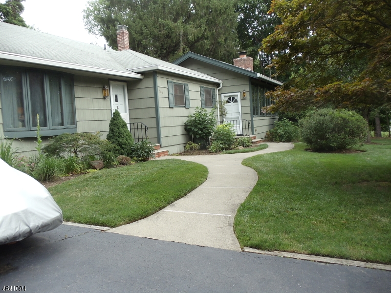 Частный односемейный дом для того Продажа на 600 Thurnau Drive Westwood, 07675 Соединенные Штаты