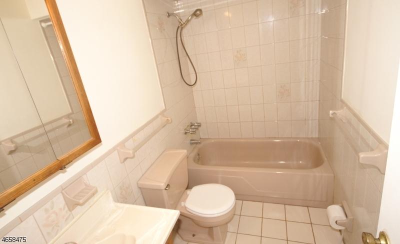 Additional photo for property listing at 100 Pierson Miller Dr, D32  Pompton Lakes, Нью-Джерси 07442 Соединенные Штаты