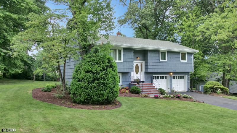Maison unifamiliale pour l Vente à 44 Amy Court Woodcliff Lake, New Jersey 07677 États-Unis