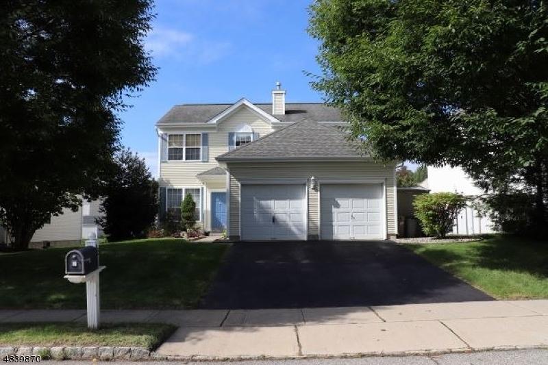 Maison unifamiliale pour l Vente à 45 SAXTON Drive Hackettstown, New Jersey 07840 États-Unis