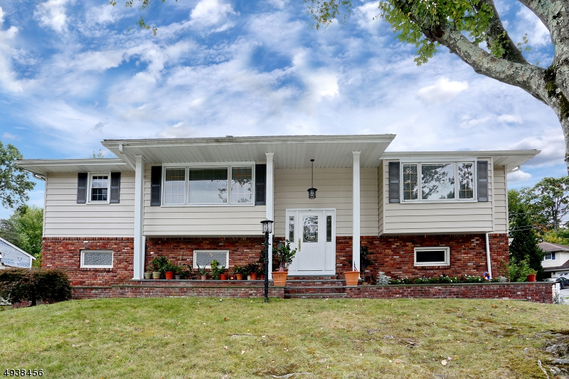 Single Family Homes للـ Sale في 44 MEMORIAL Road West Caldwell, New Jersey 07006 United States