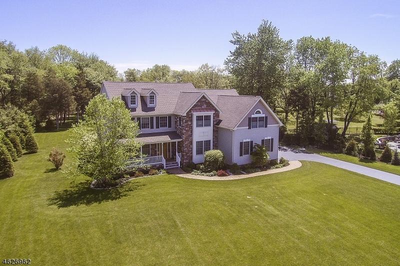 Casa Unifamiliar por un Venta en 4 Santoro Court Somerville, Nueva Jersey 08876 Estados Unidos