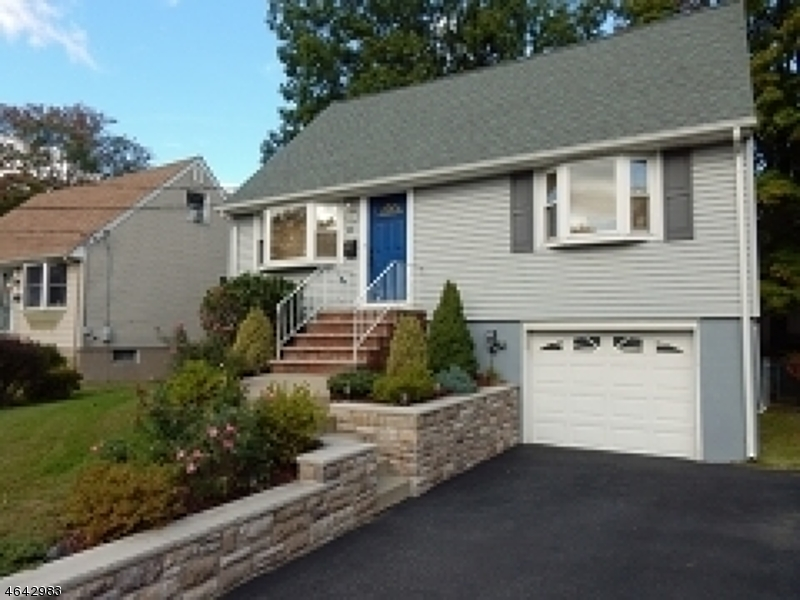 Additional photo for property listing at 10 Oakwood Ter  Bloomingdale, New Jersey 07403 États-Unis
