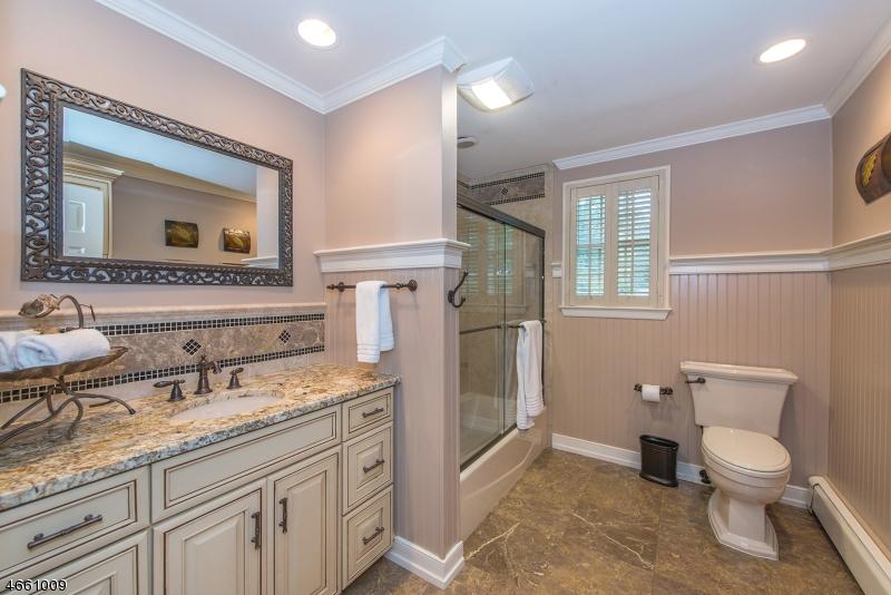 Additional photo for property listing at 1066 Pines Lake Dr W  Wayne, Нью-Джерси 07470 Соединенные Штаты