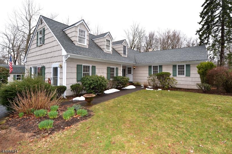 Maison unifamiliale pour l Vente à 4 Kincaid Court Roseland, New Jersey 07068 États-Unis