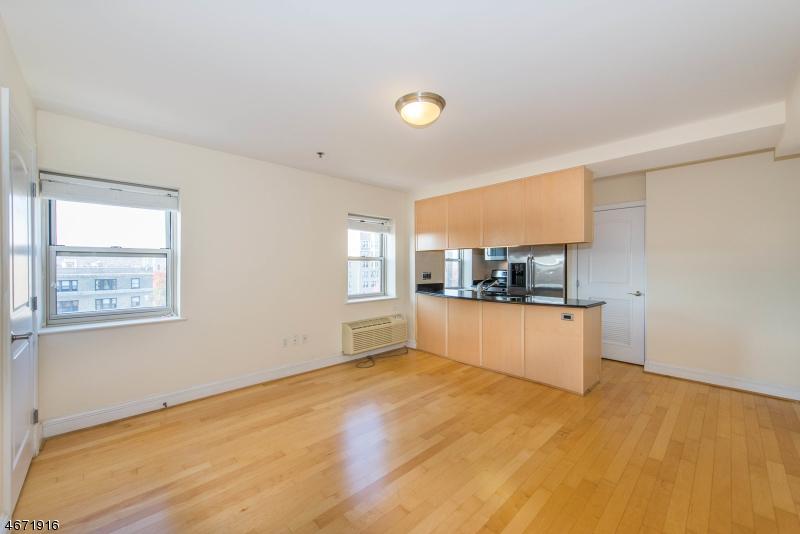 Частный односемейный дом для того Аренда на 70 S Munn Ave, UNIT 811 East Orange, Нью-Джерси 07018 Соединенные Штаты