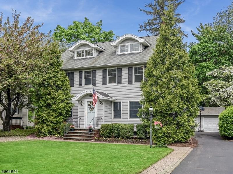 Maison unifamiliale pour l Vente à 10 Roxbury Place Glen Rock, New Jersey 07452 États-Unis