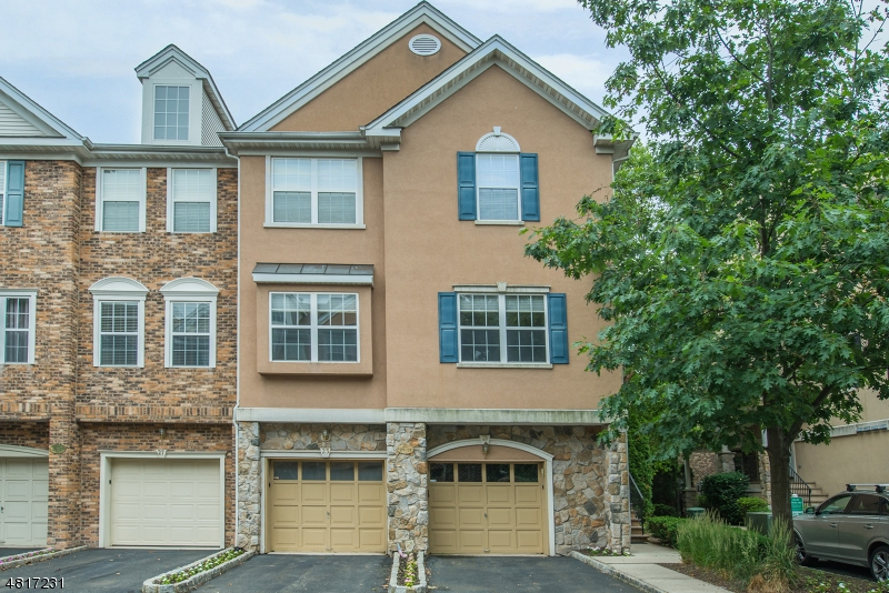 Condo / Townhouse pour l à louer à 23 BARRISTER ST UNIT 23 Clifton, New Jersey 07013 États-Unis