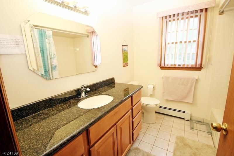 Additional photo for property listing at 81 E Mahwah Road  Mahwah, New Jersey 07430 États-Unis