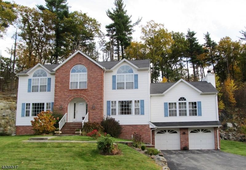 Maison unifamiliale pour l Vente à 107 Continental Road West Milford, New Jersey 07480 États-Unis