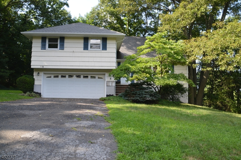 Casa Unifamiliar por un Venta en 5 EMELINE Drive Hawthorne, Nueva Jersey 07506 Estados Unidos