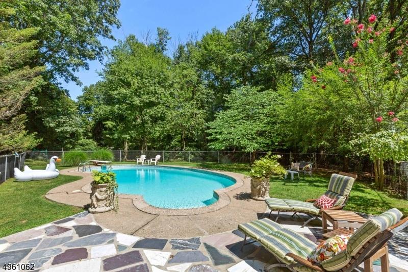 Single Family Homes pour l Vente à Fanwood, New Jersey 07023 États-Unis