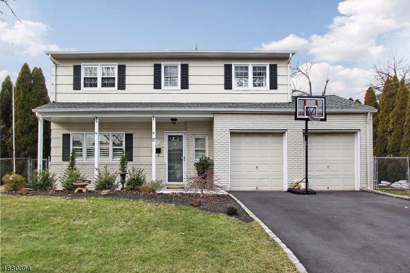 Частный односемейный дом для того Продажа на 17 Windsor Place Cranford, Нью-Джерси 07016 Соединенные Штаты