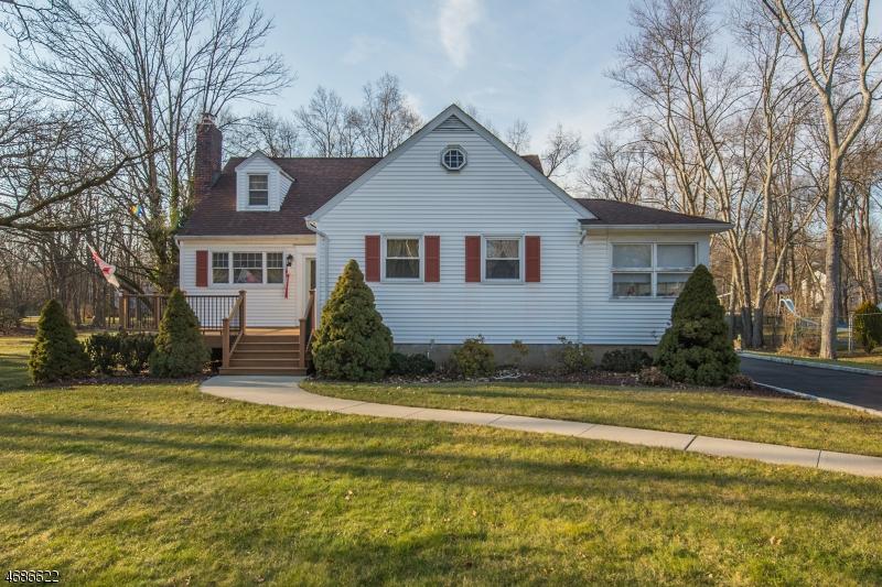Частный односемейный дом для того Продажа на 125 Passaic Avenue Roseland, Нью-Джерси 07068 Соединенные Штаты