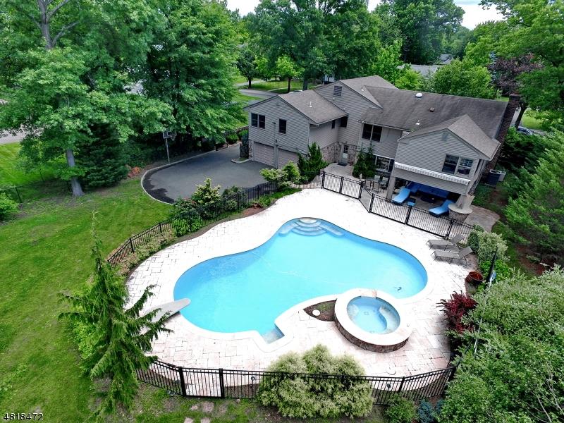 独户住宅 为 销售 在 105 LOWELL Road 格伦洛克, 新泽西州 07452 美国
