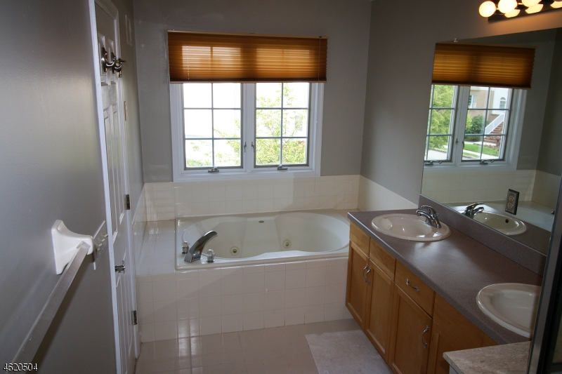 Additional photo for property listing at 1087 Smith Manor Blvd  West Orange, New Jersey 07052 États-Unis