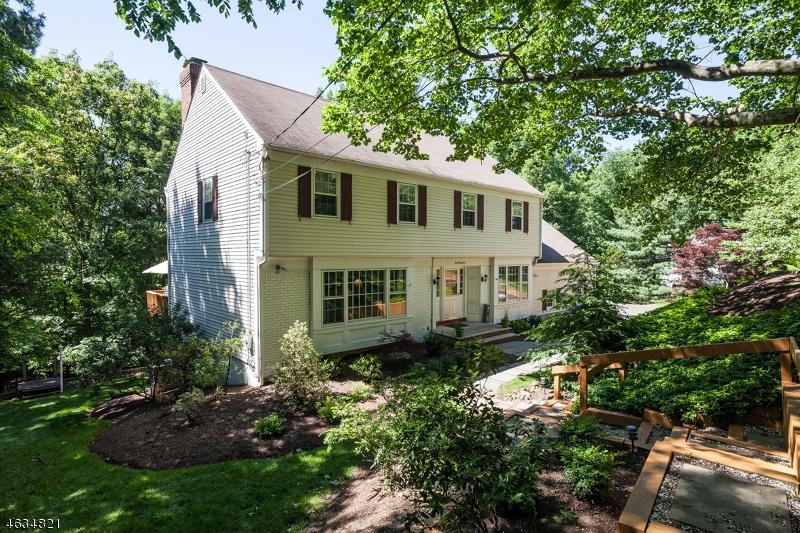 Частный односемейный дом для того Продажа на 121 Colchester Road New Providence, 07974 Соединенные Штаты