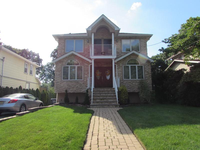 Частный односемейный дом для того Продажа на 296 Ridge Road Rutherford, Нью-Джерси 07070 Соединенные Штаты