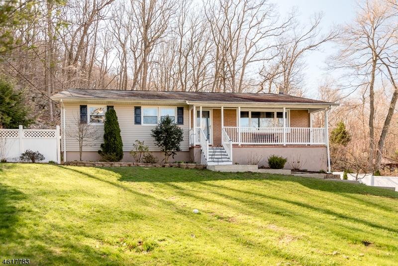 Maison unifamiliale pour l Vente à 1 KNUTE Drive Andover, New Jersey 07821 États-Unis