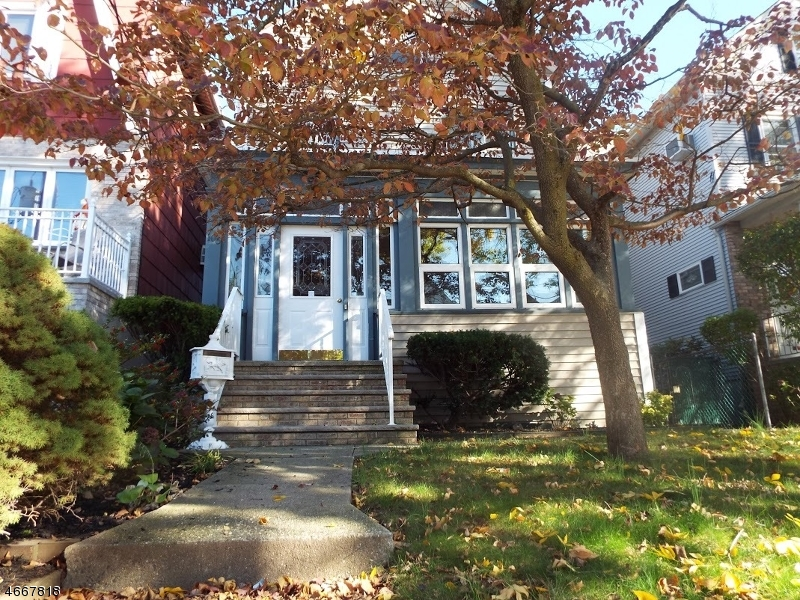 Maison unifamiliale pour l Vente à 106 HUMPHREY Avenue Bayonne, New Jersey 07002 États-Unis