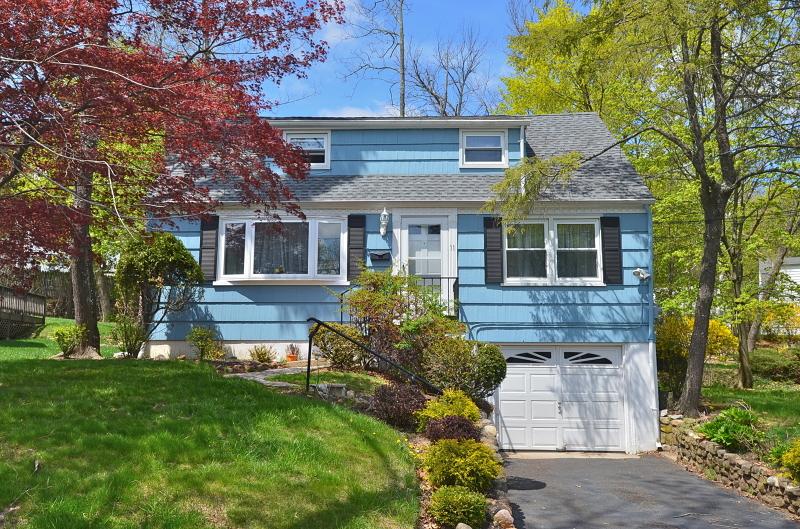 Частный односемейный дом для того Аренда на 11 Westwood Dr S West Orange, Нью-Джерси 07052 Соединенные Штаты