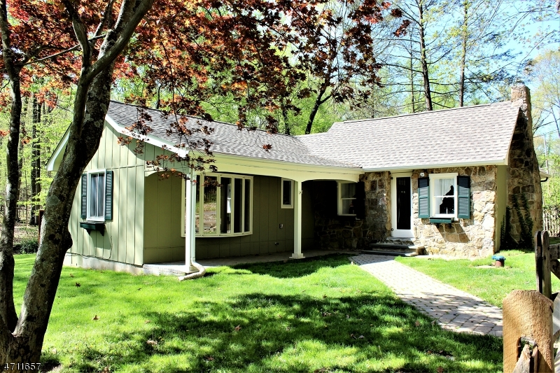 Maison unifamiliale pour l Vente à 19 Sutton Road Tewksbury Township, New Jersey 08833 États-Unis