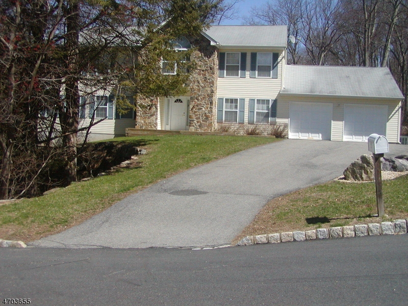 Single Family Home for Sale at 2 Hannah Lane Wanaque, New Jersey 07465 United States