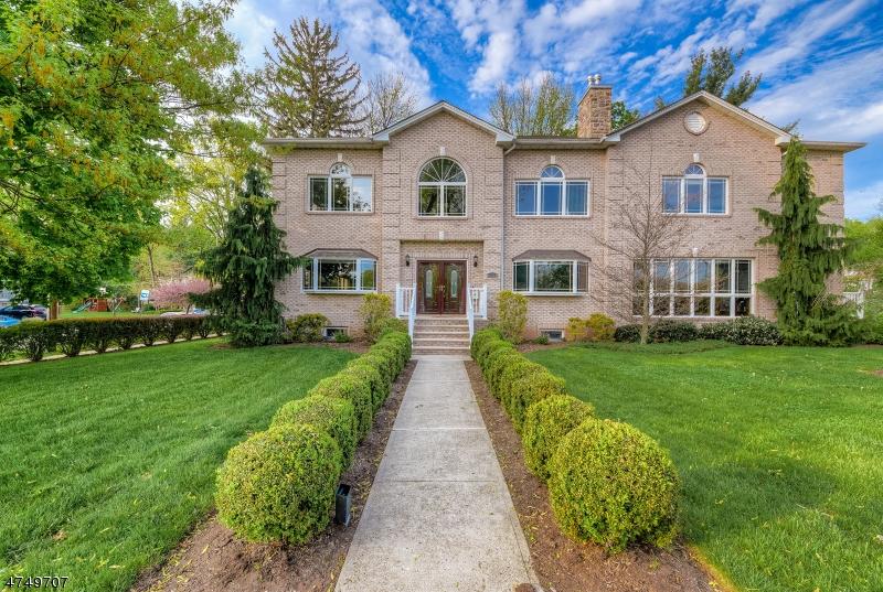 Maison unifamiliale pour l Vente à 117 Meadowbrook Place South Orange, New Jersey 07079 États-Unis
