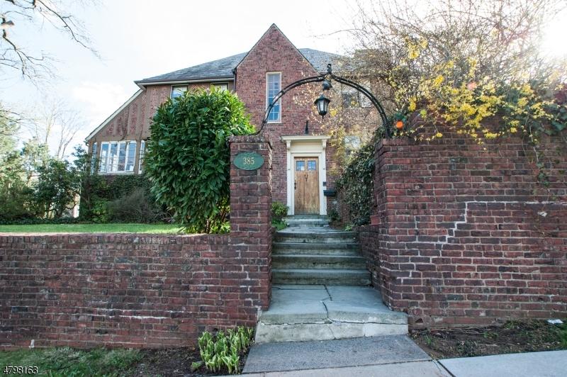 独户住宅 为 销售 在 385 Lookout Avenue 哈克萨克市, 新泽西州 07601 美国